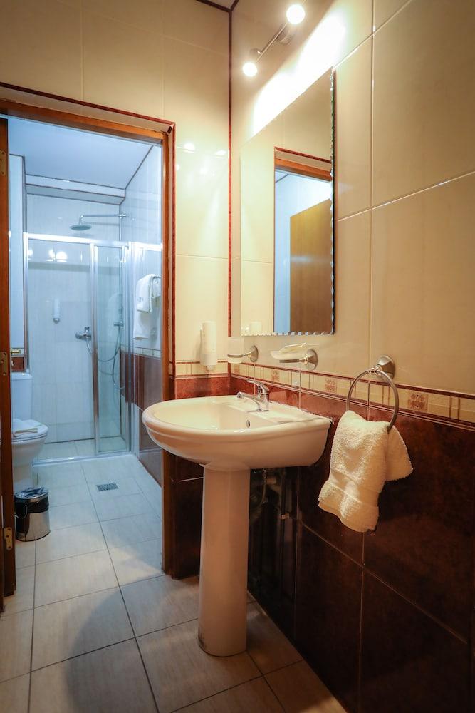 https://i.travelapi.com/hotels/19000000/18100000/18098000/18097935/89a9ba69_z.jpg