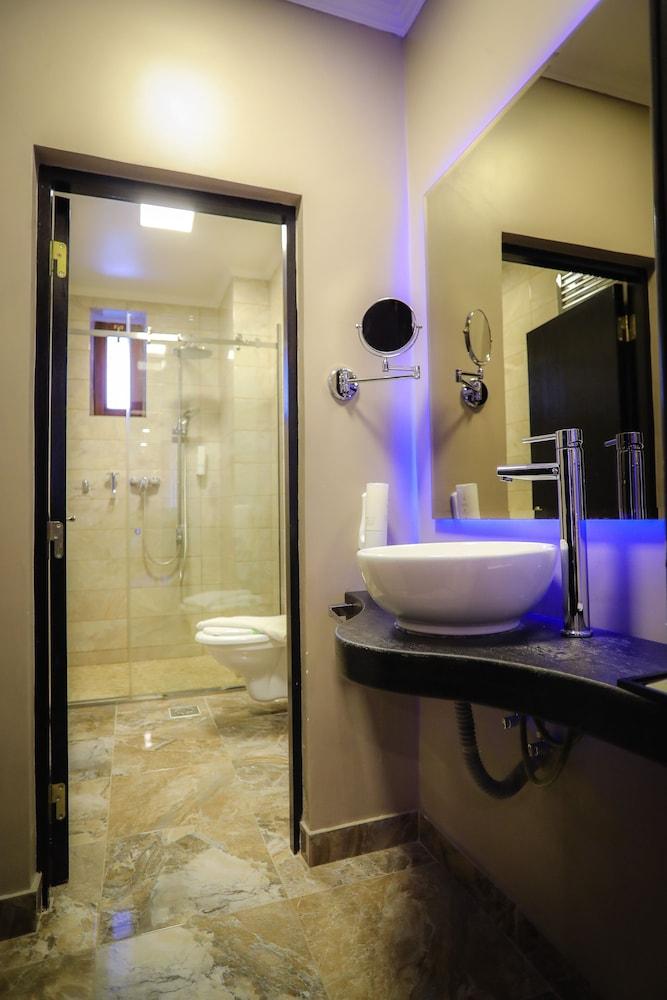 https://i.travelapi.com/hotels/19000000/18100000/18098000/18097935/fd057fd1_z.jpg
