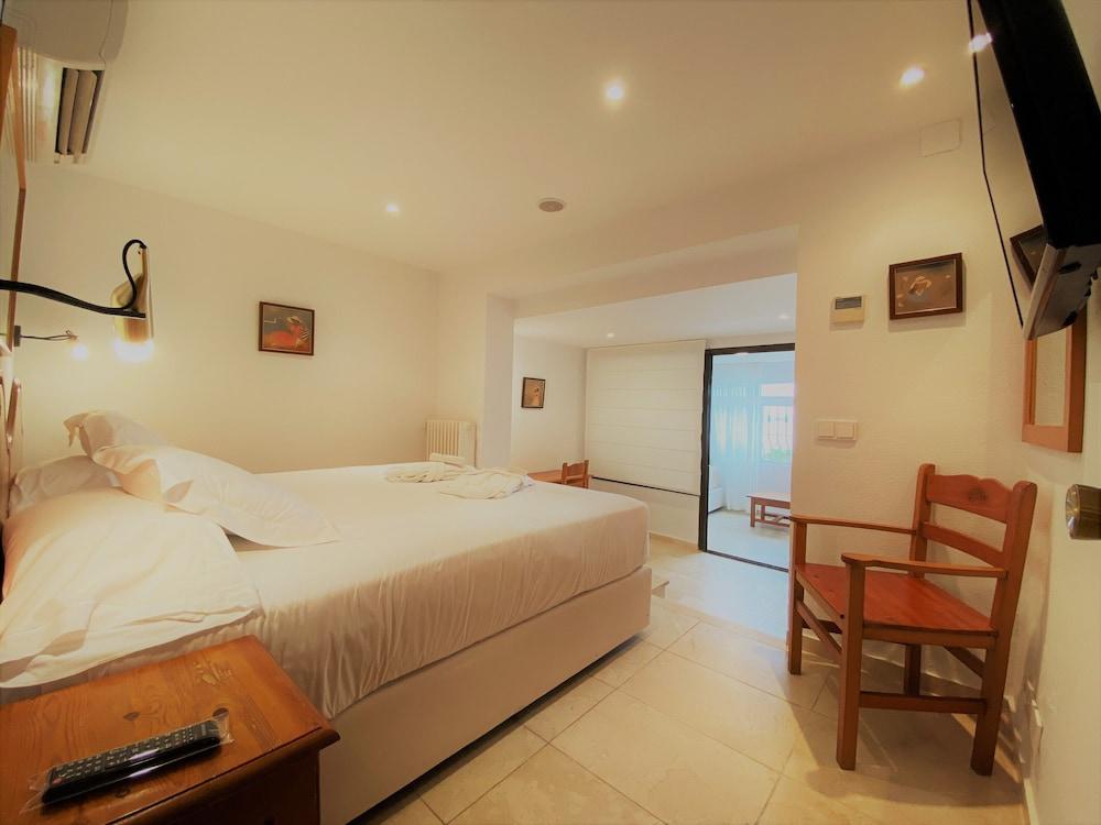 https://i.travelapi.com/hotels/19000000/18240000/18234500/18234444/11c887aa_z.jpg