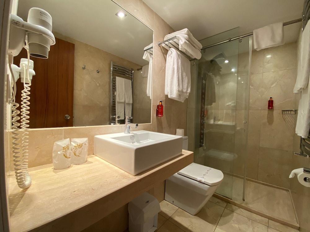 https://i.travelapi.com/hotels/19000000/18240000/18234500/18234444/311dc699_z.jpg