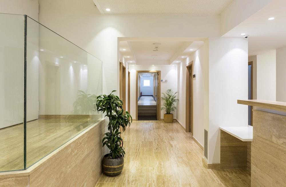 https://i.travelapi.com/hotels/19000000/18240000/18234500/18234444/7a339656_z.jpg