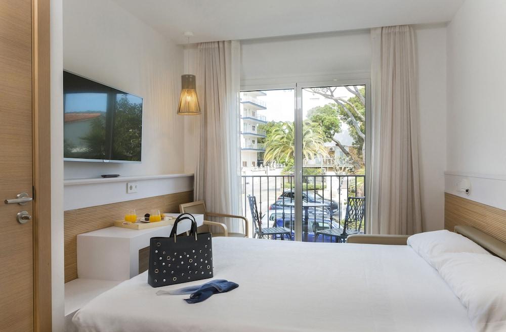 https://i.travelapi.com/hotels/19000000/18240000/18234500/18234444/9a16c2bf_z.jpg
