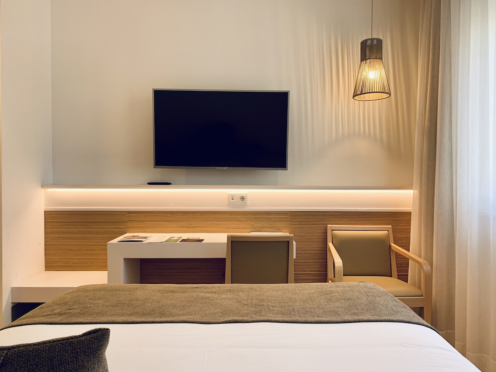 https://i.travelapi.com/hotels/19000000/18240000/18234500/18234444/cca5f8a4_z.jpg