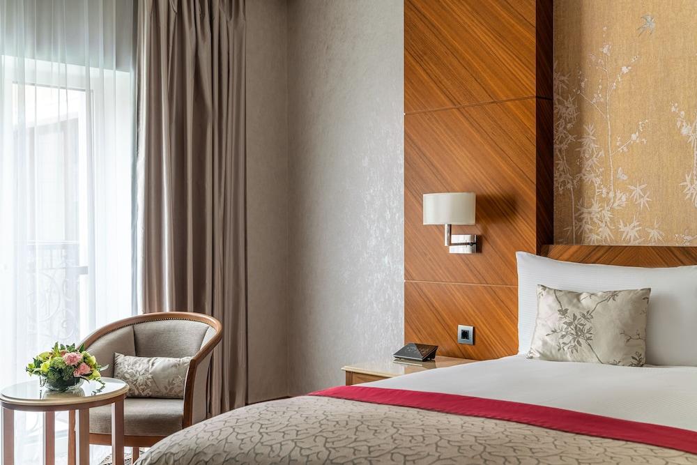 https://i.travelapi.com/hotels/19000000/18240000/18234700/18234635/92cb7bd7_z.jpg