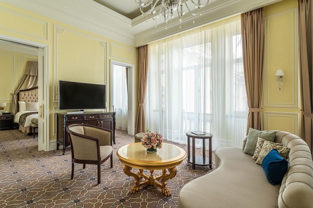 https://i.travelapi.com/hotels/19000000/18240000/18234700/18234635/ef606905_z.jpg