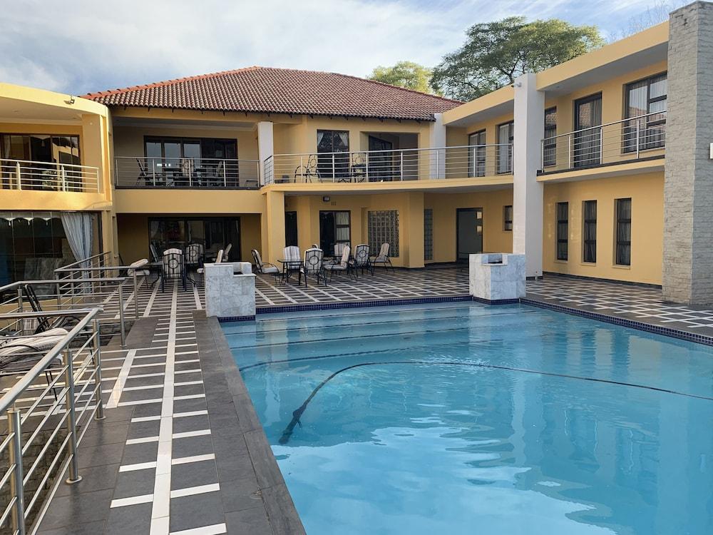 https://i.travelapi.com/hotels/19000000/18240000/18237300/18237262/934a8652_z.jpg