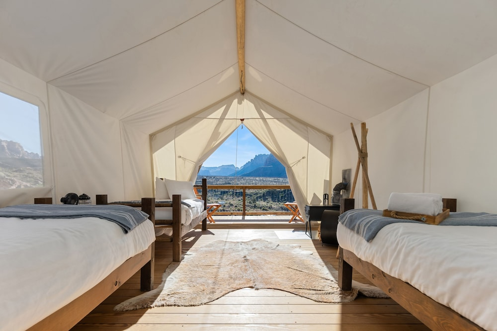 https://i.travelapi.com/hotels/19000000/18270000/18261300/18261289/e8400f14_z.jpg
