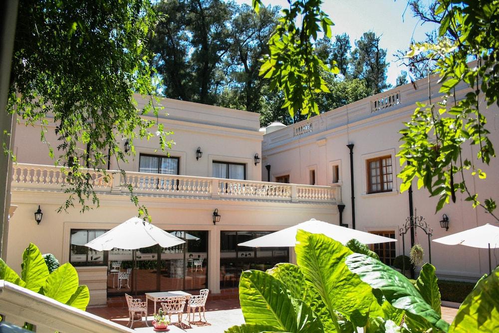 Howard Johnson Escobar Hotel
