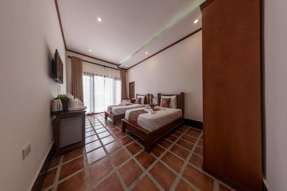 https://i.travelapi.com/hotels/19000000/18280000/18271800/18271761/6f3b3630_z.jpg