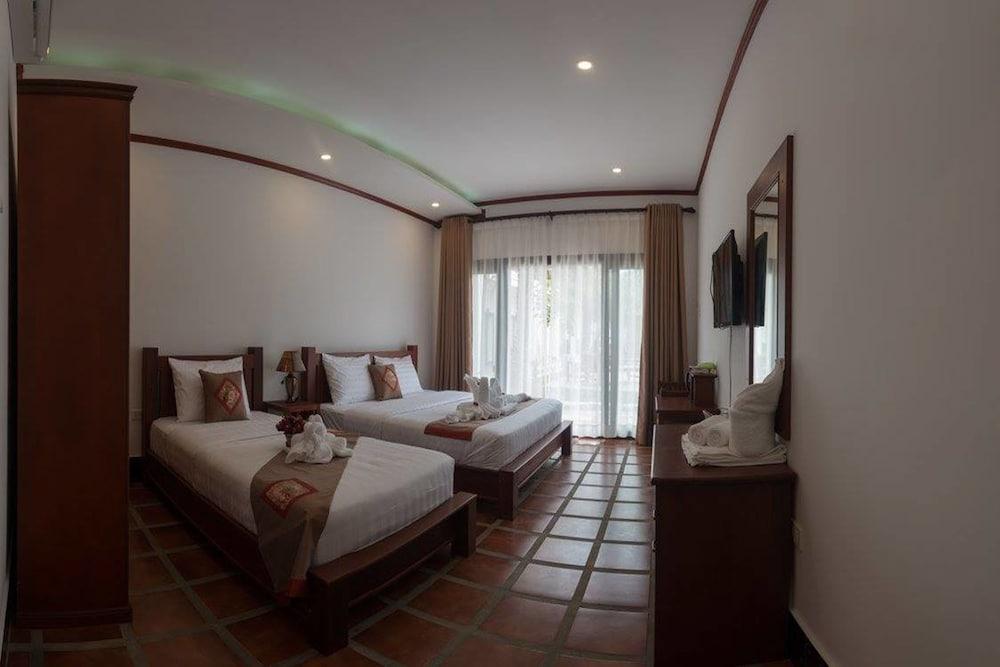 https://i.travelapi.com/hotels/19000000/18280000/18271800/18271761/8b936f93_z.jpg