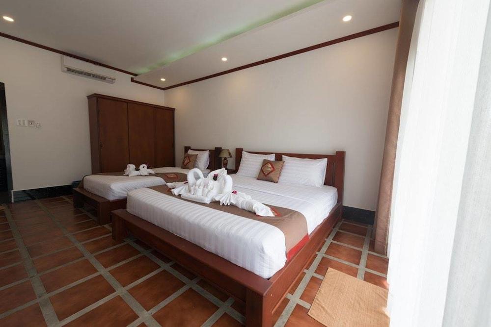 https://i.travelapi.com/hotels/19000000/18280000/18271800/18271761/a477acb2_z.jpg