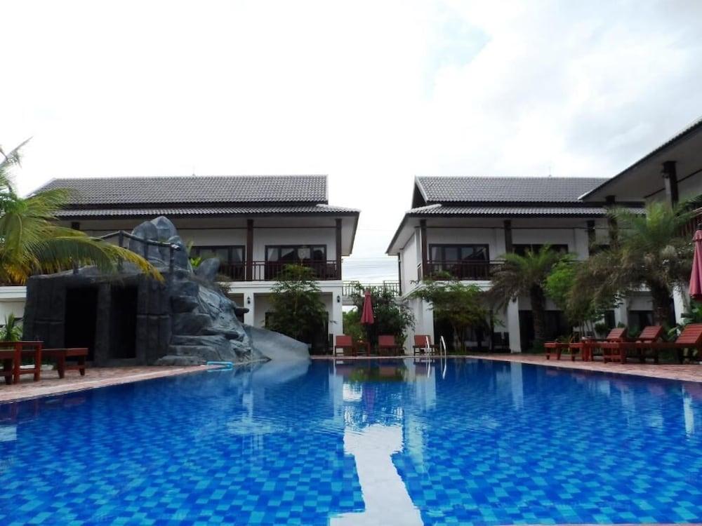 https://i.travelapi.com/hotels/19000000/18280000/18271800/18271761/f7bab2e4_z.jpg
