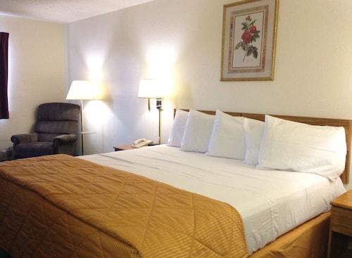 . Amerihost Inn & Suites Fulton