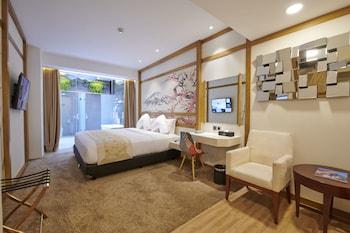 Suite, 1 King Bed, Bathtub