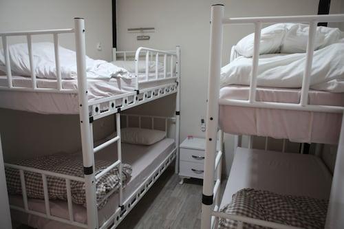 Rooster Hostel, Konak