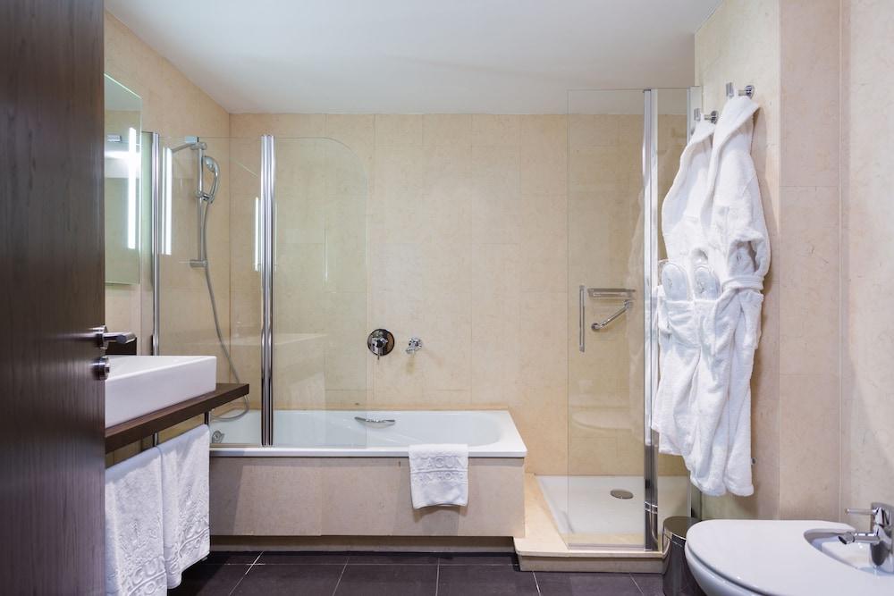 https://i.travelapi.com/hotels/19000000/18350000/18343900/18343854/19cdf5cb_z.jpg