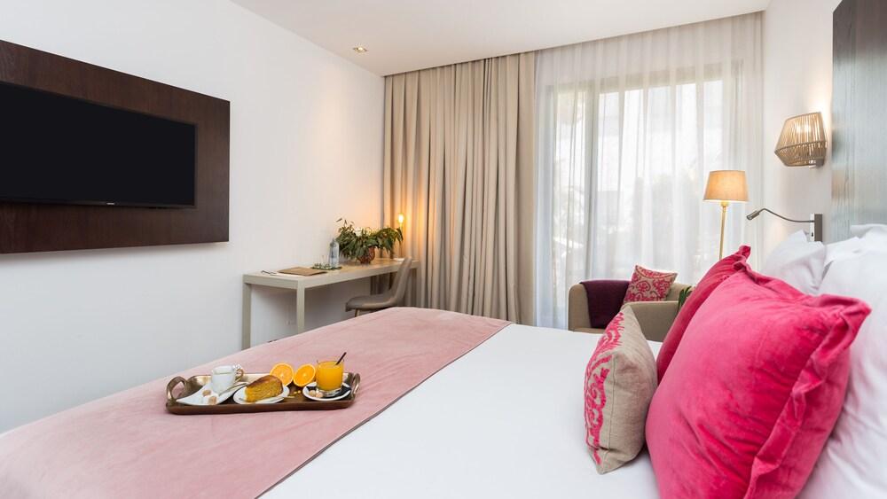 https://i.travelapi.com/hotels/19000000/18350000/18343900/18343854/5eaec345_z.jpg
