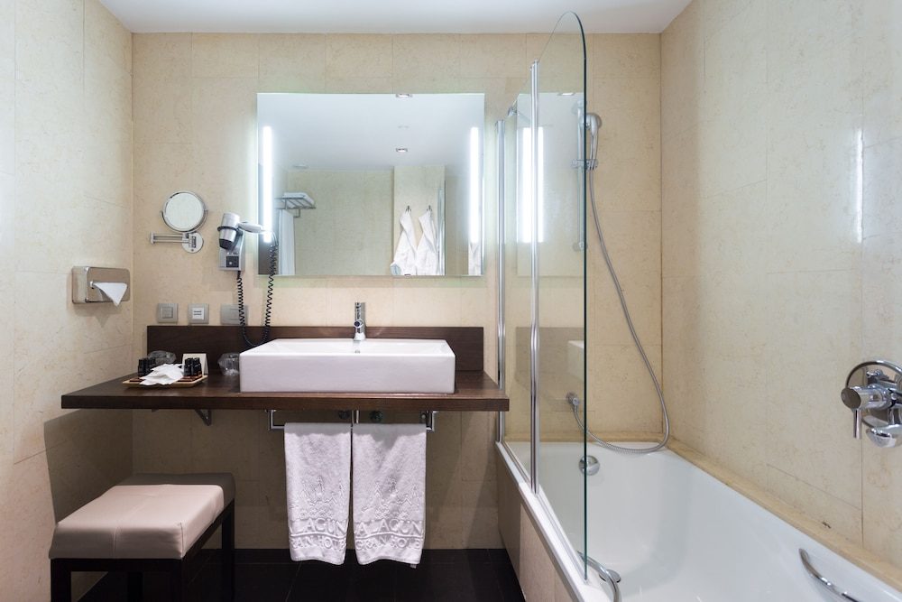 https://i.travelapi.com/hotels/19000000/18350000/18343900/18343854/ffe7ac61_z.jpg