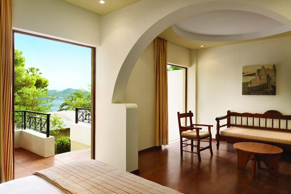 https://i.travelapi.com/hotels/19000000/18360000/18351200/18351119/4541cedc_z.jpg