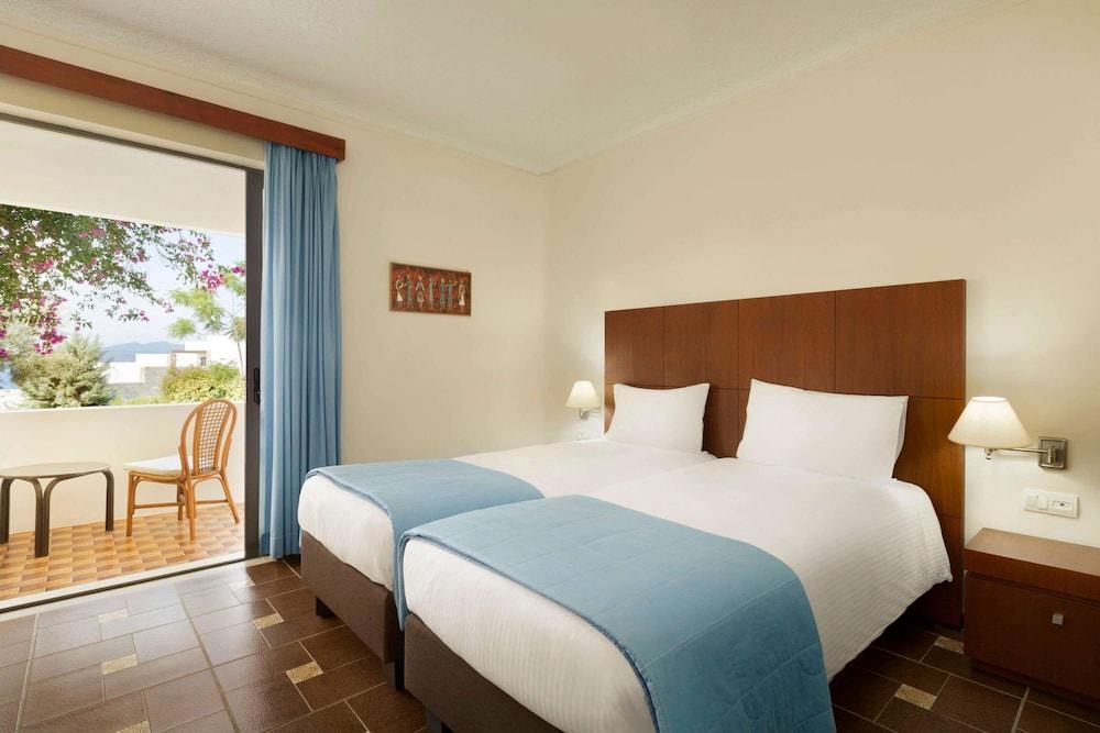https://i.travelapi.com/hotels/19000000/18360000/18351200/18351119/4b19e392_z.jpg