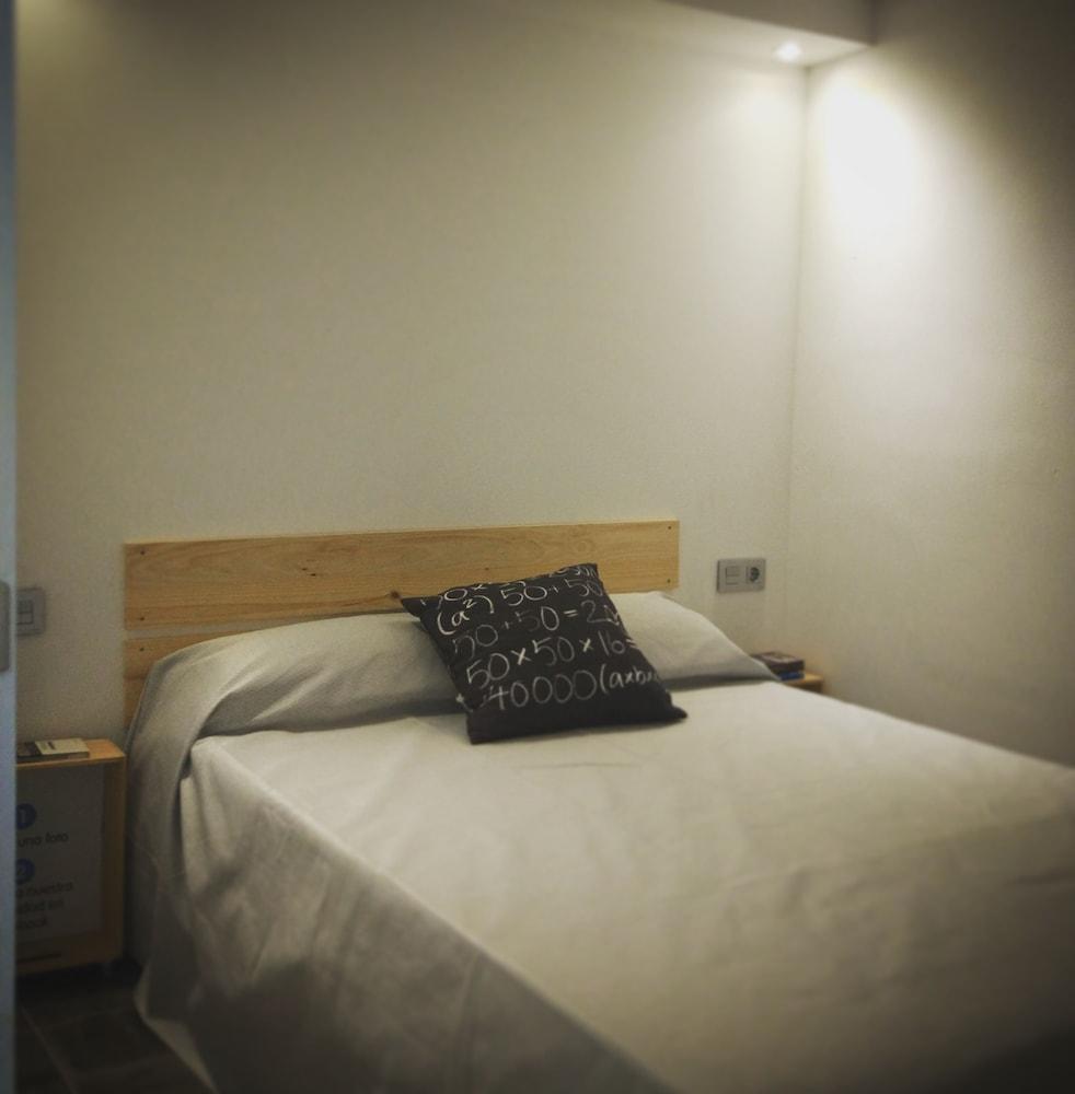 https://i.travelapi.com/hotels/19000000/18360000/18353700/18353682/b590bb37_z.jpg