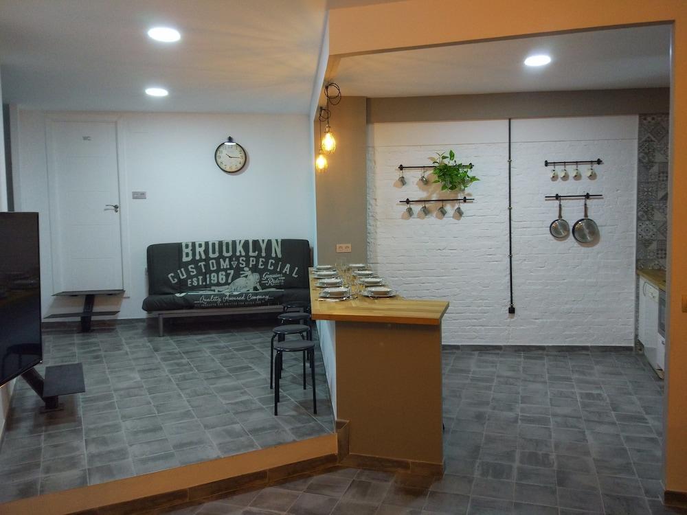 https://i.travelapi.com/hotels/19000000/18360000/18353700/18353682/fa9c49ce_z.jpg