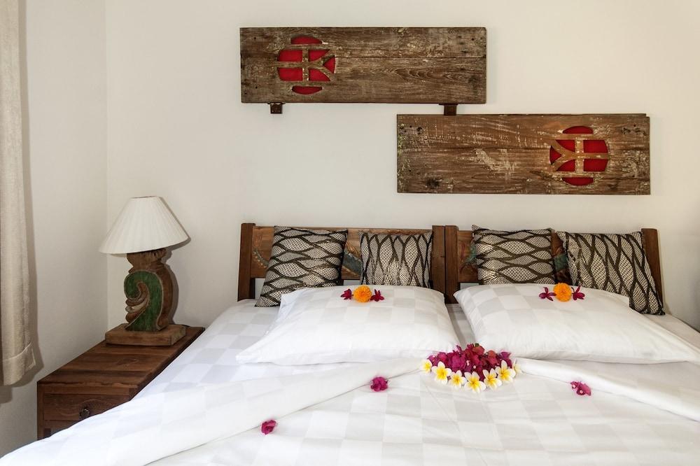 https://i.travelapi.com/hotels/19000000/18370000/18366400/18366367/cdecc1a9_z.jpg