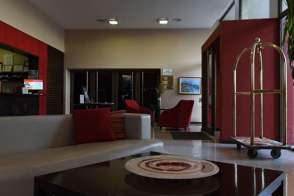 https://i.travelapi.com/hotels/19000000/18390000/18386900/18386868/cd554ff9_z.jpg