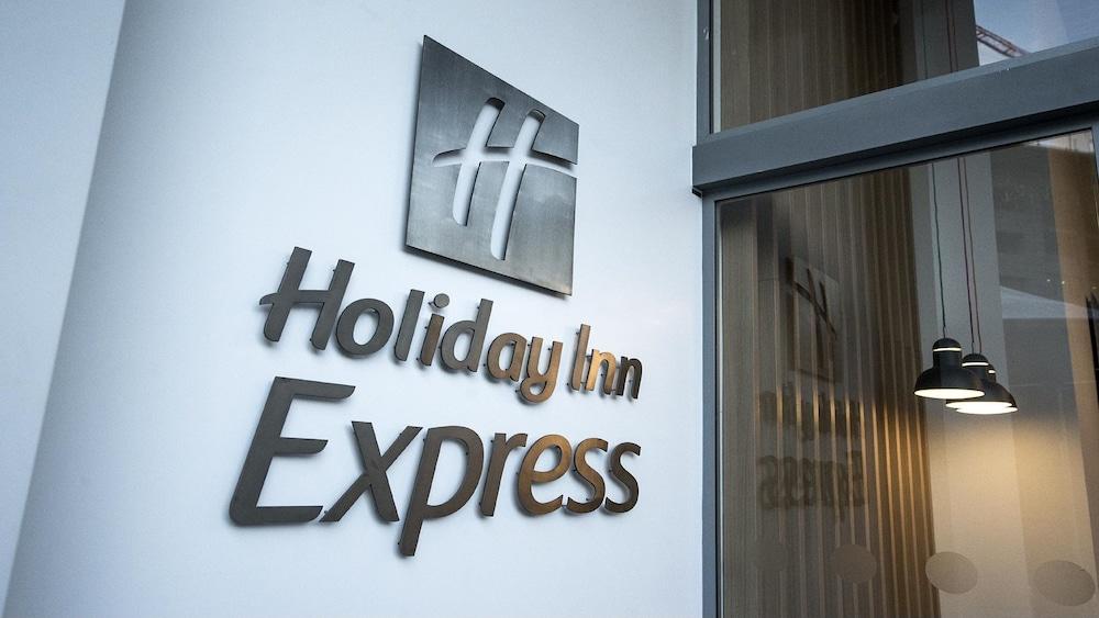 https://i.travelapi.com/hotels/19000000/18400000/18392700/18392638/1d46a8e7_z.jpg