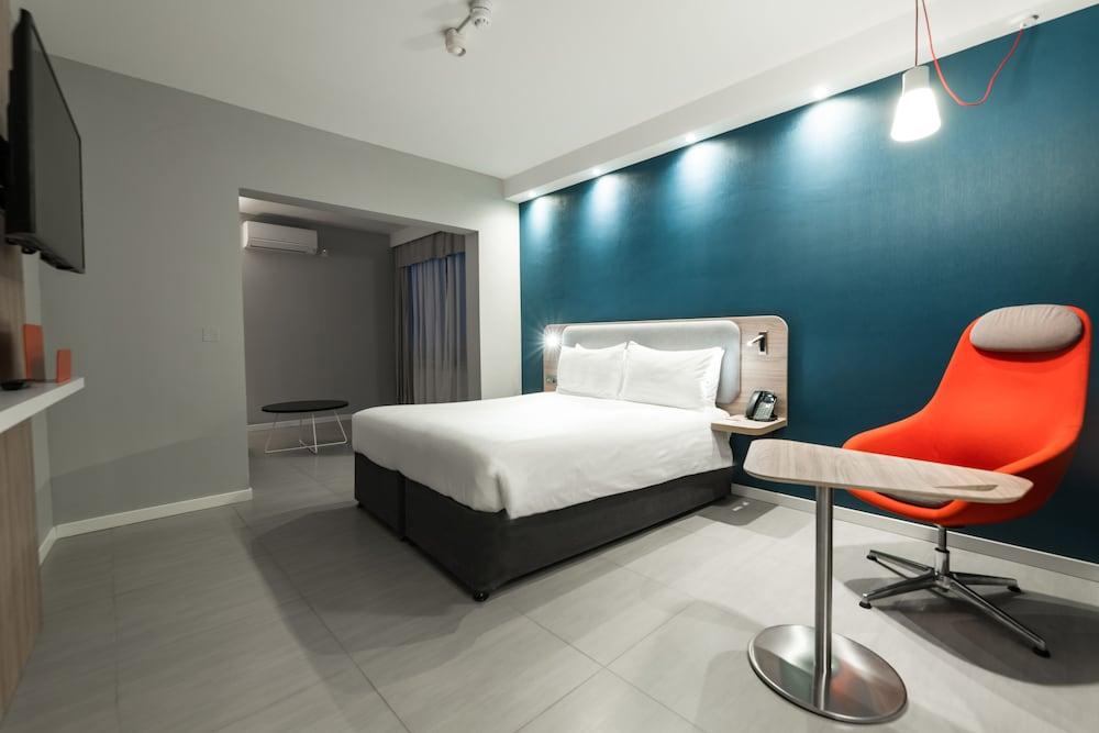 https://i.travelapi.com/hotels/19000000/18400000/18392700/18392638/1ff2c512_z.jpg