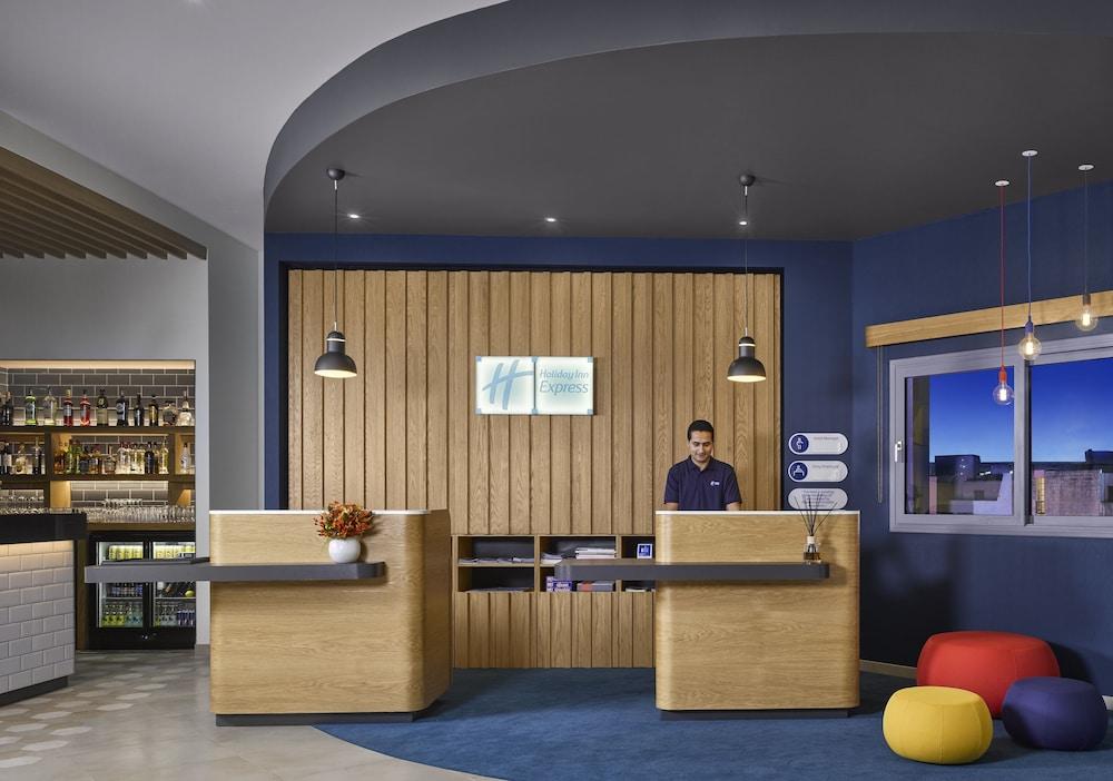 https://i.travelapi.com/hotels/19000000/18400000/18392700/18392638/7d4913f3_z.jpg