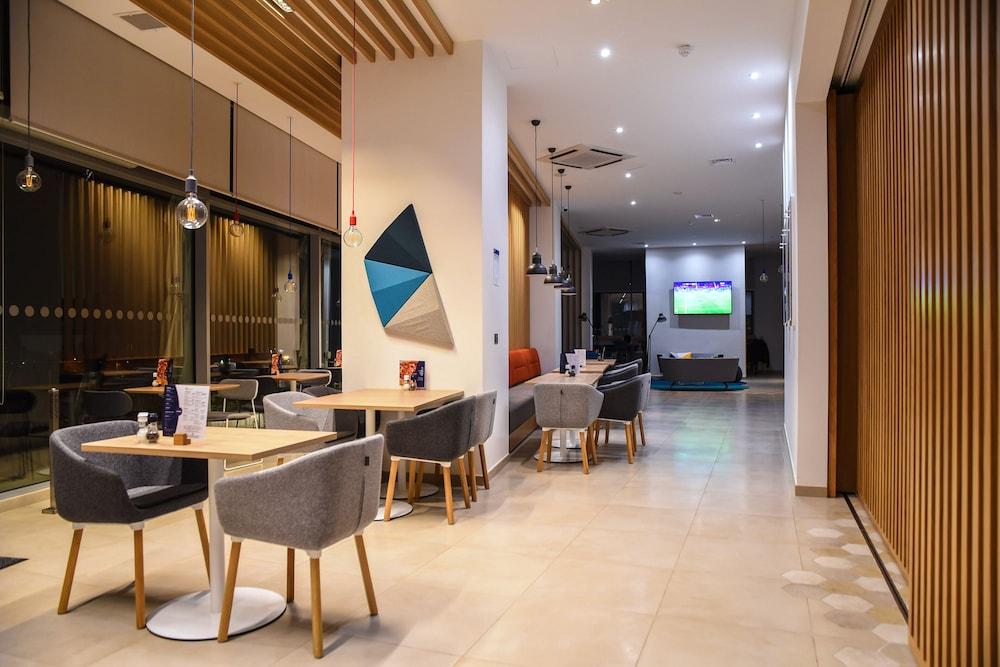 https://i.travelapi.com/hotels/19000000/18400000/18392700/18392638/7f1a0cd7_z.jpg