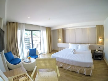 Deluxe Room, 1 Queen Bed, Partial Sea View