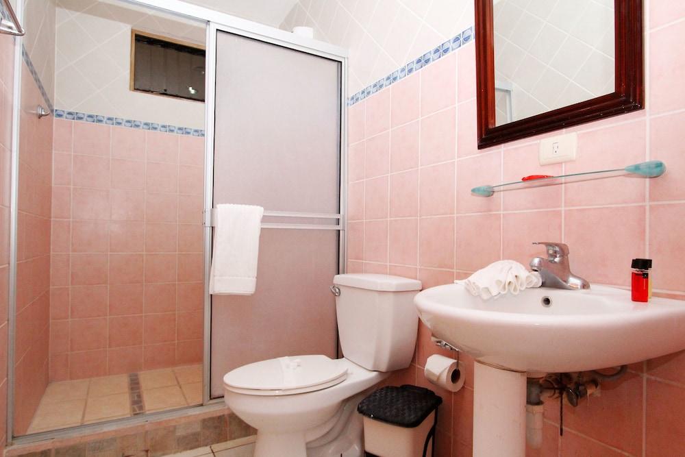 https://i.travelapi.com/hotels/19000000/18530000/18529400/18529330/3d4cdaaa_z.jpg