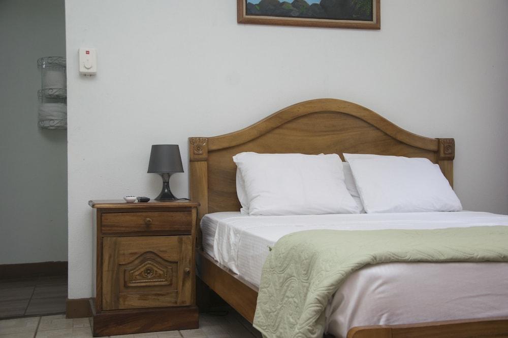 https://i.travelapi.com/hotels/19000000/18530000/18529400/18529330/fb2c4a80_z.jpg