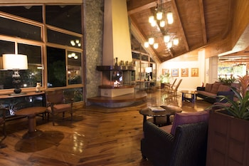 THE FOREST LODGE AT CAMP JOHN HAY Lobby Sitting Area