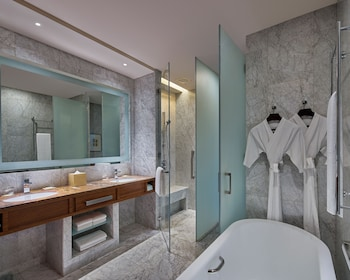 GRAND HYATT MANILA Bathroom