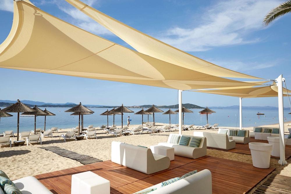 https://i.travelapi.com/hotels/19000000/18650000/18644500/18644452/e53c46fc_z.jpg