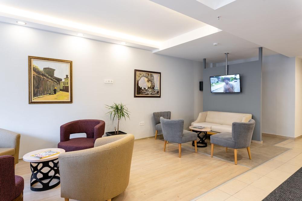 https://i.travelapi.com/hotels/19000000/18650000/18644600/18644571/5656af1d_z.jpg