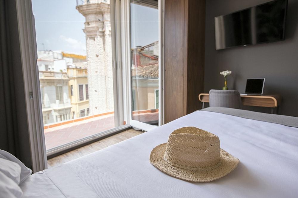 https://i.travelapi.com/hotels/19000000/18660000/18658200/18658196/3b81e6b8_z.jpg