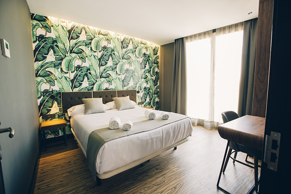 https://i.travelapi.com/hotels/19000000/18660000/18658200/18658196/3c0ca5f4_z.jpg