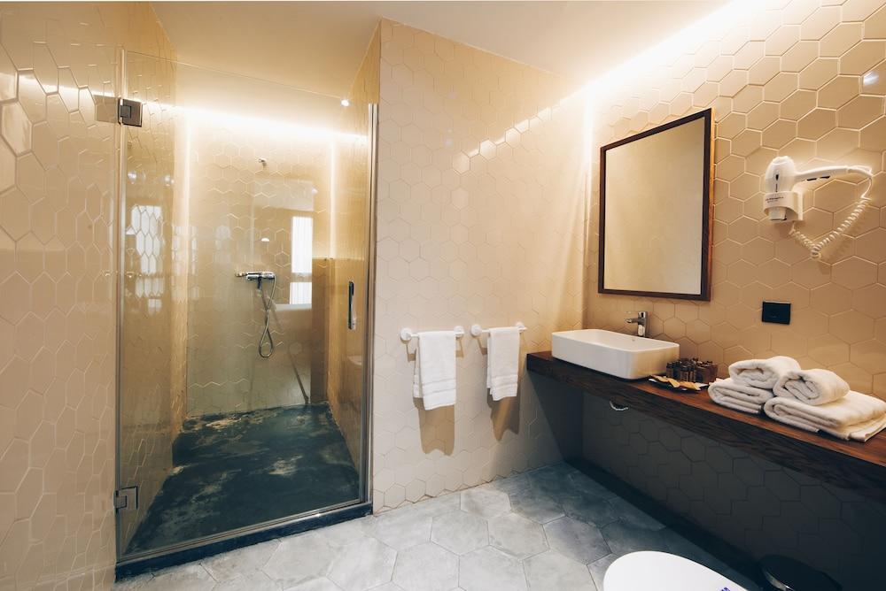 https://i.travelapi.com/hotels/19000000/18660000/18658200/18658196/3ecefd8f_z.jpg