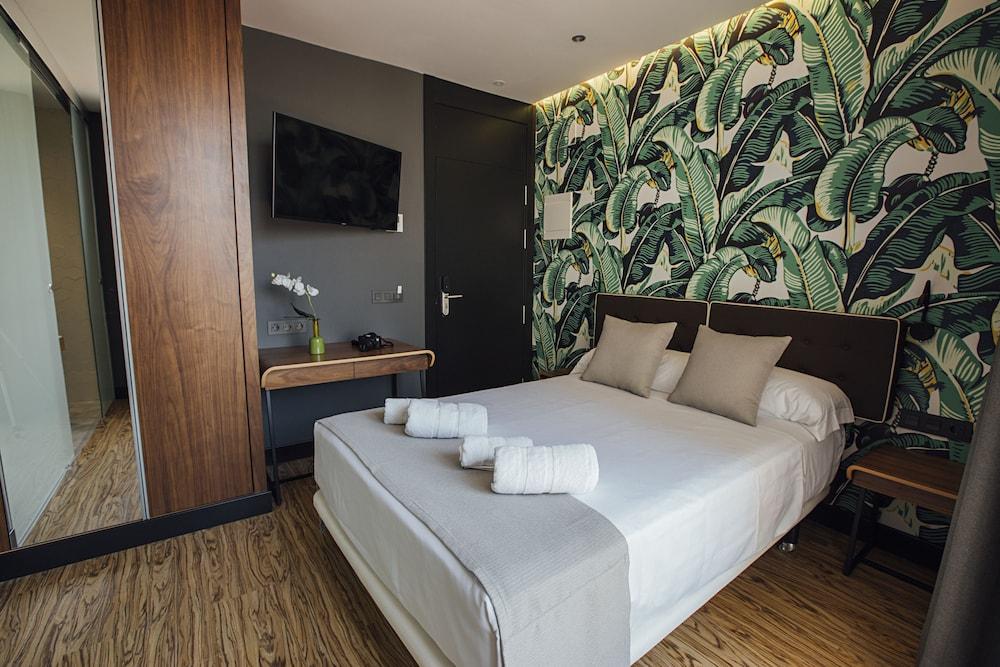 https://i.travelapi.com/hotels/19000000/18660000/18658200/18658196/4b6b47ed_z.jpg