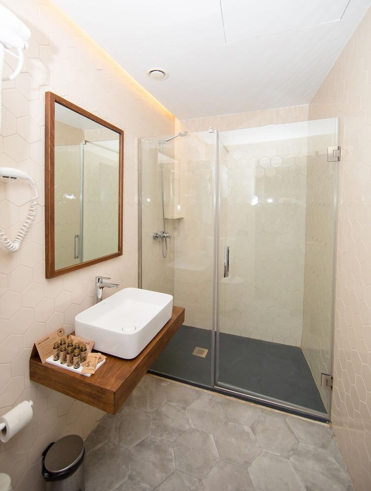 https://i.travelapi.com/hotels/19000000/18660000/18658200/18658196/639b8da8_z.jpg