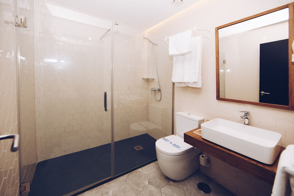 https://i.travelapi.com/hotels/19000000/18660000/18658200/18658196/9e9ca62f_z.jpg
