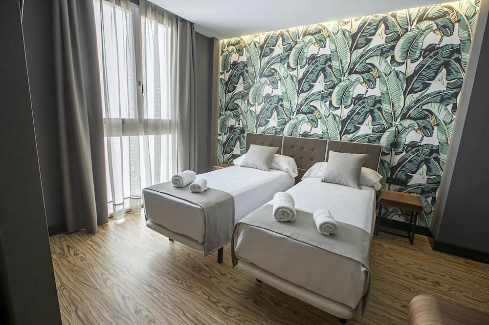 https://i.travelapi.com/hotels/19000000/18660000/18658200/18658196/c987efc8_z.jpg