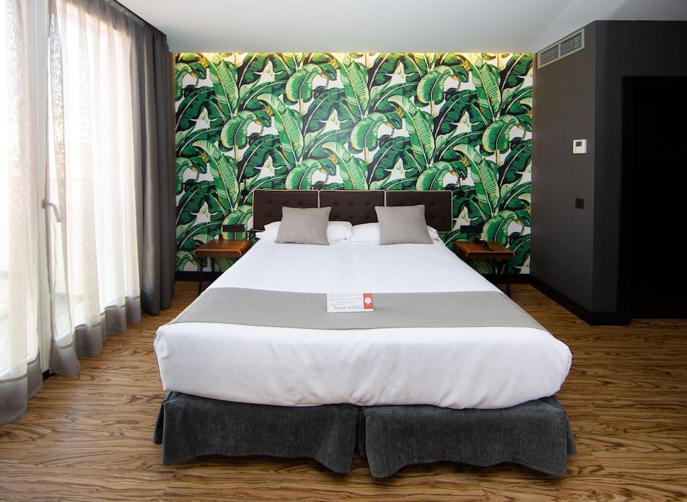 https://i.travelapi.com/hotels/19000000/18660000/18658200/18658196/df1dd10d_z.jpg