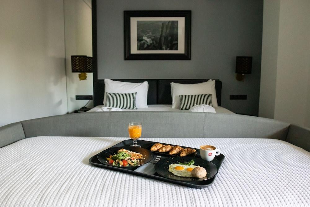 https://i.travelapi.com/hotels/19000000/18670000/18665700/18665618/b213934a_z.jpg