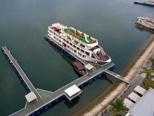 Alisa Cruise, Hạ Long