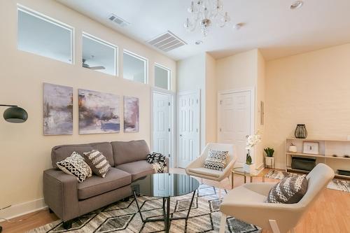 Chic 1BR Arts/Warehouse District Suites by Sonder, Orleans